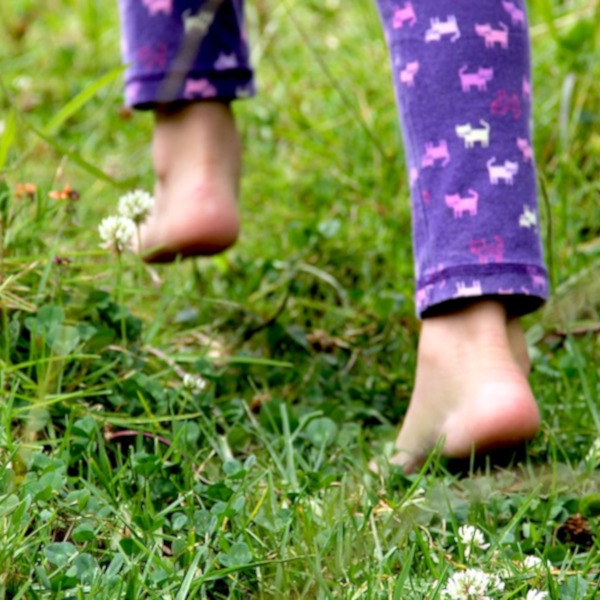 Marcher pieds nus améliore santé et vitalité