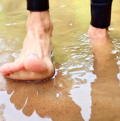 Marcher pieds nus relie à la Terre-Mère